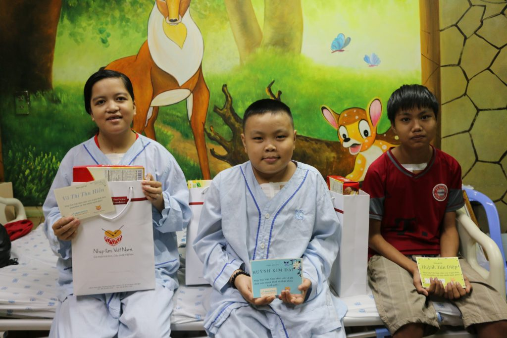 VinaCapital Representatives visit children after successful heart surgeries